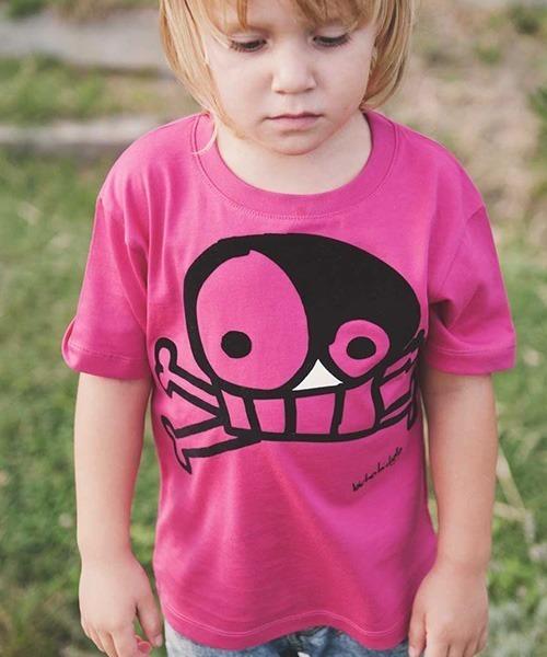 niña con camiseta rosa